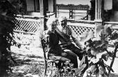Nagyszülők, Kovács György és Fritz Mária az ozorai ház kertjében, 1958 kl